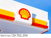 Emblem of the Royal Dutch Shell oil company against the blue sky (2018 год). Редакционное фото, фотограф FotograFF / Фотобанк Лори