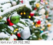 Купить «Новогодние елки, усыпанные белым снегом, с разноцветными шариками. Москва», фото № 29702382, снято 3 января 2019 г. (c) E. O. / Фотобанк Лори