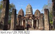 Туристка на руинах кхмерского храма Wat Sri Sawai. Старый Сукхотай, Таиланд (2018 год). Редакционное видео, видеограф Виктор Карасев / Фотобанк Лори