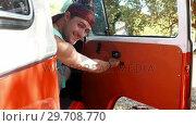 Купить «Man opening door of camper van and smiling towards camera 4k», видеоролик № 29708770, снято 9 марта 2017 г. (c) Wavebreak Media / Фотобанк Лори