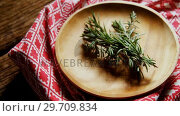 Купить «Fresh rosemary in wooden plate 4k», видеоролик № 29709834, снято 12 июня 2017 г. (c) Wavebreak Media / Фотобанк Лори