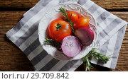 Купить «Fresh onions, tomatoes and rosemary in bowl 4k», видеоролик № 29709842, снято 12 июня 2017 г. (c) Wavebreak Media / Фотобанк Лори