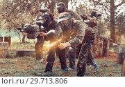 Купить «Paintball team running with marker guns», фото № 29713806, снято 22 сентября 2018 г. (c) Яков Филимонов / Фотобанк Лори