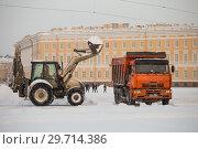 Купить «Уборка снега на  Дворцовой площади», фото № 29714386, снято 24 марта 2018 г. (c) Евгений Кашпирев / Фотобанк Лори