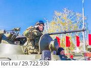 Купить «Russia, Samara, May 2018: Military greeting by the commander of the crew of armored vehicles at a parade rehearsal on a city street.», фото № 29722930, снято 5 мая 2018 г. (c) Акиньшин Владимир / Фотобанк Лори