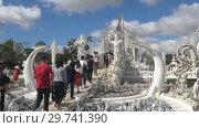 Купить «Туристы у входа в Белый храм (Wat Rong Khun). Чианг Рай, Таиланд», видеоролик № 29741390, снято 16 декабря 2018 г. (c) Виктор Карасев / Фотобанк Лори