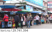Купить «Уличный рынок в Чианг Рае. Таиланд», видеоролик № 29741394, снято 16 декабря 2018 г. (c) Виктор Карасев / Фотобанк Лори