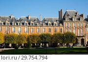 Купить «Place des Vosges, Paris», фото № 29754794, снято 10 октября 2018 г. (c) Яков Филимонов / Фотобанк Лори