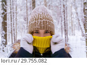 Girl warmed by breathing in the winter forest. Стоковое фото, фотограф Евгений Харитонов / Фотобанк Лори