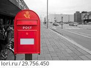Купить «Почтовый ящик на фоне черно-белой улицы», фото № 29756450, снято 15 октября 2014 г. (c) Elizaveta Kharicheva / Фотобанк Лори