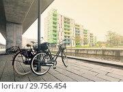 Купить «Пара велосипедов на берегу канала под бетонной опорой в Копенгагене. Дания», фото № 29756454, снято 17 октября 2014 г. (c) Elizaveta Kharicheva / Фотобанк Лори