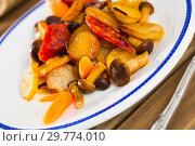 Купить «Delicious fried potatoes with honey fungus mushrooms and sausage», фото № 29774010, снято 19 марта 2019 г. (c) Яков Филимонов / Фотобанк Лори