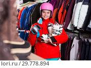 Купить «Young girl choosing ski boots for skiing», фото № 29778894, снято 6 февраля 2018 г. (c) Яков Филимонов / Фотобанк Лори