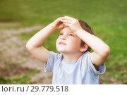 Купить «Boy looking to the sky», фото № 29779518, снято 28 августа 2018 г. (c) Юлия Бабкина / Фотобанк Лори