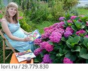 Купить «Беременная женщина-художник пишет акварельными красками цветущую гортензию в саду», фото № 29779830, снято 7 августа 2014 г. (c) Ирина Борсученко / Фотобанк Лори