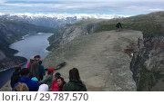 Купить «Живописный утес Trolltunga (Язык Тролля). Очередь на край скалы для фотографирования. Норвегия», видеоролик № 29787570, снято 19 января 2019 г. (c) Кекяляйнен Андрей / Фотобанк Лори