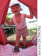 Купить «Ребёнок 3 лет входит в палатку», эксклюзивное фото № 29794542, снято 24 июля 2005 г. (c) Дмитрий Неумоин / Фотобанк Лори
