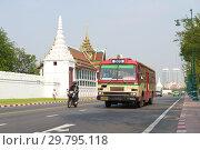 Городской автобус маршрута №203 у стен Королевского дворца солнечным утром . Бангкок, Таиланд (2018 год). Редакционное фото, фотограф Виктор Карасев / Фотобанк Лори