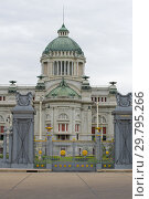 At the gates of the Ananta Samakhom Throne Hall. Bangkok, Thailand (2019 год). Стоковое фото, фотограф Виктор Карасев / Фотобанк Лори