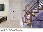 Купить «Светлый интерьер с дубовой лестницей со светодиодной подсветкой», фото № 29797250, снято 7 декабря 2017 г. (c) Elizaveta Kharicheva / Фотобанк Лори