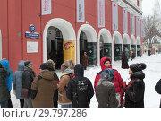 Купить «Москва, длинная очередь людей в Третьяковку на Архипа Куинджи зимой», эксклюзивное фото № 29797286, снято 27 января 2019 г. (c) Дмитрий Неумоин / Фотобанк Лори