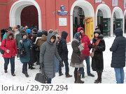 Купить «Москва, очередь в Третьяковку на Куинджи зимой», эксклюзивное фото № 29797294, снято 27 января 2019 г. (c) Дмитрий Неумоин / Фотобанк Лори