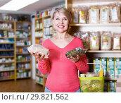 Купить «Mature woman client demonstrating healthy food», фото № 29821562, снято 15 марта 2017 г. (c) Яков Филимонов / Фотобанк Лори