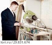 Купить «concentrated workman cutting wooden planks using circular saw», фото № 29831674, снято 12 ноября 2019 г. (c) Яков Филимонов / Фотобанк Лори