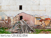 Купить «Drawing on the wall of a ruined house with garbage outside, the association of the portal into another dimension. Vyborg, Russia», фото № 29832054, снято 8 декабря 2019 г. (c) Mikhail Starodubov / Фотобанк Лори