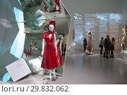 Купить «Платье 2018 года Модного дома Calvin Klein 205 W39NYC. Выставка «Тонкие материи. Мода 1988 – 2018» в Главном штабе Эрмитажа. Санкт-Петербург», эксклюзивное фото № 29832062, снято 30 января 2019 г. (c) Румянцева Наталия / Фотобанк Лори