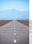 Empty asphalt straight highway road in Mongolia between mongolian towns Khovd and Altai (2017 год). Стоковое фото, фотограф Serg Zastavkin / Фотобанк Лори