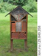 Купить «Домик для диких насекомых в парке. Шмели и пчелы нужны для опыления растений.», фото № 29849358, снято 3 июля 2018 г. (c) Милана Харитонова / Фотобанк Лори