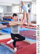 Купить «Athletics couple in gym», фото № 29849954, снято 18 июля 2018 г. (c) Яков Филимонов / Фотобанк Лори