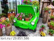 Купить «Flowers composition with green retro car», фото № 29851586, снято 9 сентября 2018 г. (c) FotograFF / Фотобанк Лори