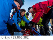 Купить «Glencoe mountain rescue take part in a training exercise with a rescue stretcher at Lairig (mountain pass) in Glencoe, Scotland. Taking part in 60-80 rescue...», фото № 29865382, снято 20 января 2018 г. (c) age Fotostock / Фотобанк Лори