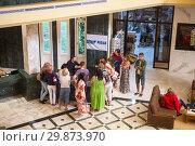 Купить «Вновь прибывшие в отель российский туристы стоят у стойки с представителем туристической компании Пегас Туристик в одном из отелей Туниса», фото № 29873970, снято 1 мая 2012 г. (c) Кекяляйнен Андрей / Фотобанк Лори