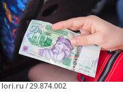 Банкнота в пятьдесят тунисских динаров в руке (2012 год). Редакционное фото, фотограф Кекяляйнен Андрей / Фотобанк Лори