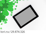 Купить «tablet pc and st patricks day decorations on white», фото № 29874326, снято 31 января 2018 г. (c) Syda Productions / Фотобанк Лори