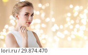 Купить «woman in white dress with diamond jewelry», фото № 29874470, снято 14 апреля 2016 г. (c) Syda Productions / Фотобанк Лори