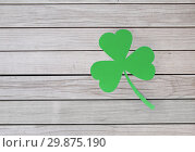 Купить «green paper shamrock on wooden background», фото № 29875190, снято 31 января 2018 г. (c) Syda Productions / Фотобанк Лори