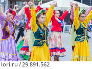 Купить «Russia, Samara, May 2018. Members of theater groups in national costumes at the festive procession of graduates of schools.», фото № 29891562, снято 24 мая 2018 г. (c) Акиньшин Владимир / Фотобанк Лори