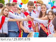 Russia, Samara, May 2018.: Graduates of schools at the festive procession. Russian text: Graduate 2018. Редакционное фото, фотограф Акиньшин Владимир / Фотобанк Лори
