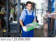 Sellerman is checking bags with cement. Стоковое фото, фотограф Яков Филимонов / Фотобанк Лори