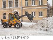Купить «Уборка снега на улице в Санкт-Петербурге», фото № 29919610, снято 24 марта 2018 г. (c) Евгений Кашпирев / Фотобанк Лори