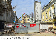 Купить «Комплексное строительство инженерных сетей и сооружений в Колымажном переулке. Район Хамовники. Город Москва», эксклюзивное фото № 29943270, снято 20 марта 2015 г. (c) lana1501 / Фотобанк Лори