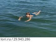 Купить «Мальчик, 11 лет плавает  в  синей воде в летние каникулы», фото № 29943286, снято 8 августа 2018 г. (c) Светлана Попова / Фотобанк Лори
