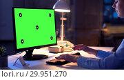 Купить «businesswoman with green screen on computer», видеоролик № 29951270, снято 21 февраля 2019 г. (c) Syda Productions / Фотобанк Лори