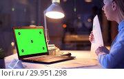 Купить «businesswoman with green screen on laptop at night», видеоролик № 29951298, снято 18 февраля 2019 г. (c) Syda Productions / Фотобанк Лори