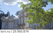 Купить «Walking to Pavilion Hermitage on artificial island in Alexandrovsky Park», видеоролик № 29960874, снято 8 августа 2018 г. (c) Ирина Мойсеева / Фотобанк Лори