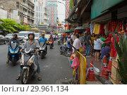 На городской улице. Китайский квартал Бангкока, Таиланд (2019 год). Редакционное фото, фотограф Виктор Карасев / Фотобанк Лори